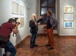 Subhash spricht mit einem interessierten Besucher (Fotomuseum Jindřichův Hradec)