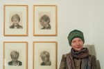 """Besucherin vor Subhash """"Positionierungen"""" in der Kunstfabrik Groß Siegharts"""