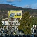 Eigentumswohnungen werden am Friedhof beworben